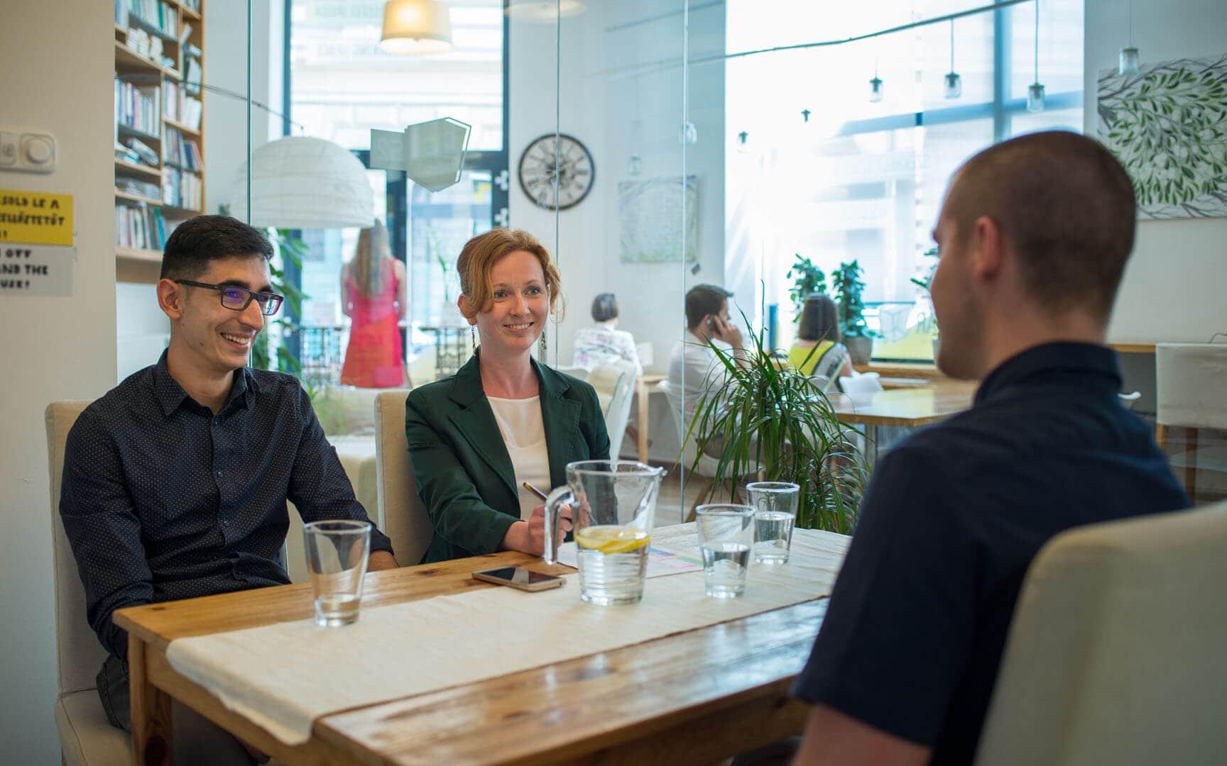 Akár 2-12 fős megbeszélést, coachingot, workshopot, képzést és más csoportos megbeszélést is tarthatsz az irodában az óradíjas tárgyaló bérléssel. KAPTÁR coworking Budapest